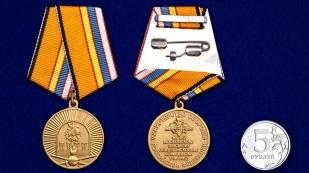Медаль 100-летие Московского ВОКУ в бордовом футляре с покрытием из бархатистого флока - сравнительный вид