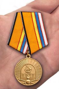 Медаль 100-летие Московского ВОКУ в бордовом футляре с покрытием из бархатистого флока - вид на ладони