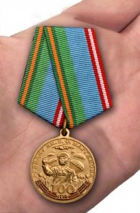 Медаль 100-летнему юбилею РГВВДКУ им. В. Ф. Маргелова - вид на ладони