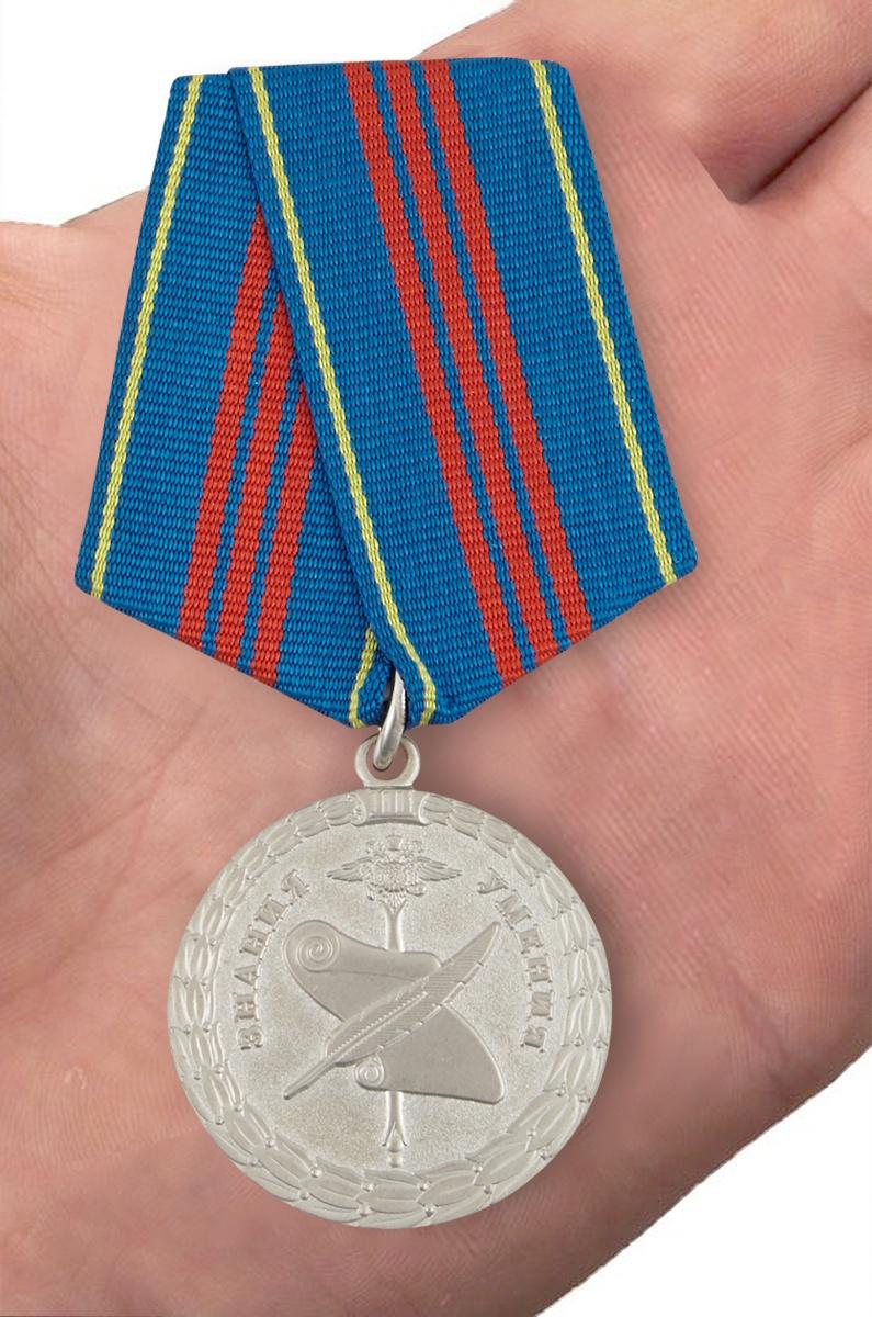Медаль МВД РФ «За заслуги в управленческой деятельности» 3 степени - вид на ладони