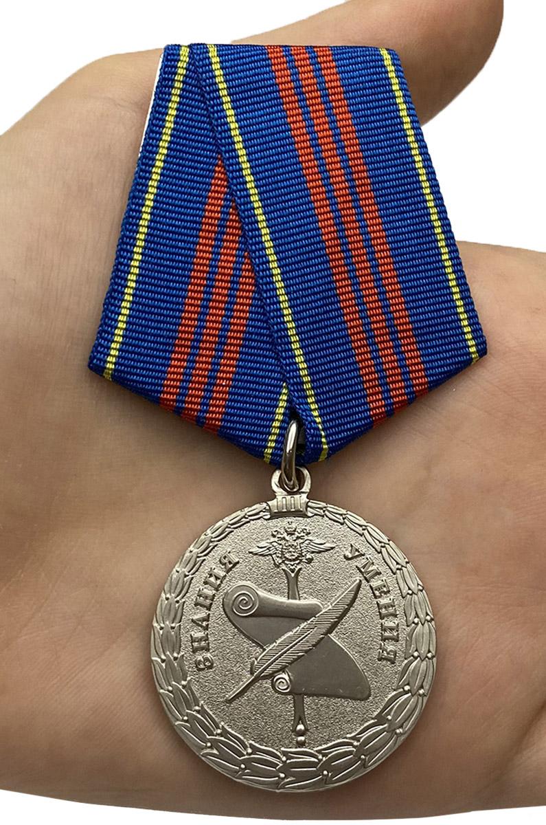 Медаль МВД России Управленческая деятельность 3 степени - вид на ладони