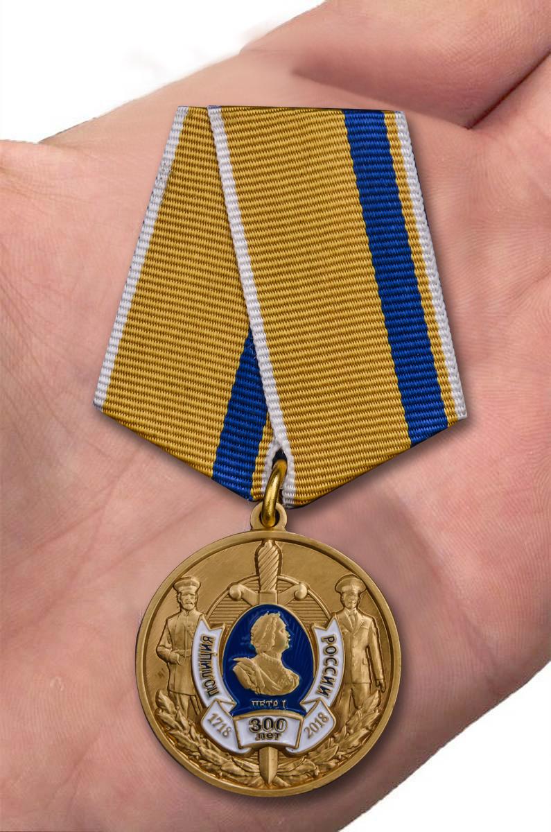 Медаль 300 лет полиции России в футляре с удостоверением - вид на ладони