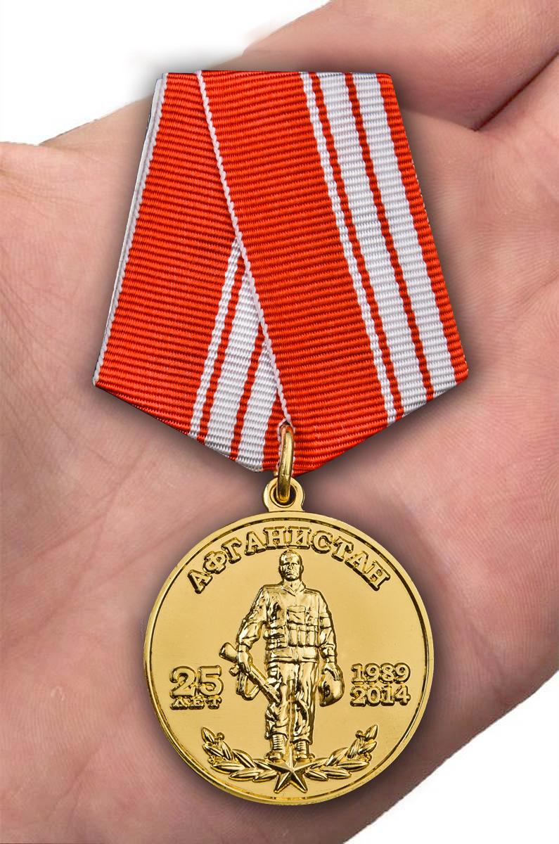 """Медаль """"40 армия"""" в футляре из бордового флока - вид на ладони"""