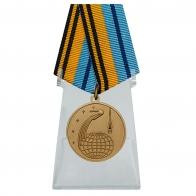 Медаль 50 лет Космической эры на подставке