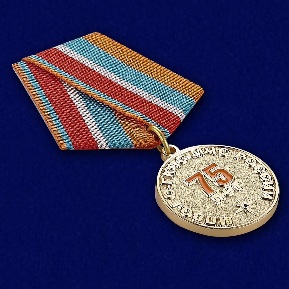 Медаль 75 лет Гражданской обороне МЧС - вид под углом
