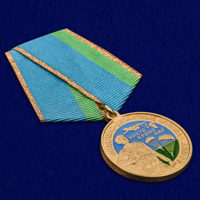 """Медаль """"90 лет ВДВ"""" в нарядном футляре из бордового флока - общий вид"""