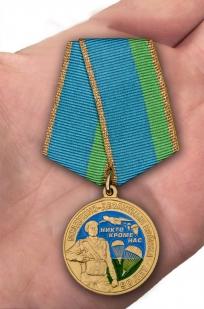 """Медаль """"90 лет ВДВ"""" в нарядном футляре из бордового флока - вид на ладони"""