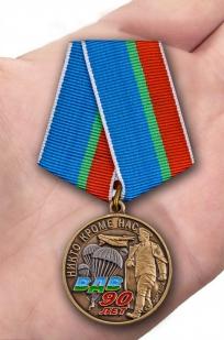 """Медаль """"90 лет ВДВ"""" в футляре с удостоверением - вид на ладони"""
