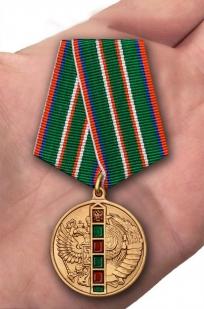 Медаль 95 лет Погранвойскам в бархатном футляре - Вид на ладони