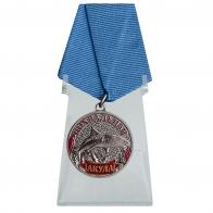 Медаль Акула на подставке