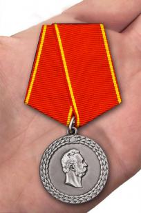 Медаль Александра II За беспорочную службу в полиции - вид на ладони