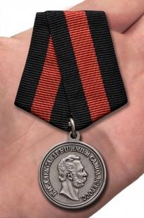 Медаль Александра II За спасение погибавших - вид на ладони