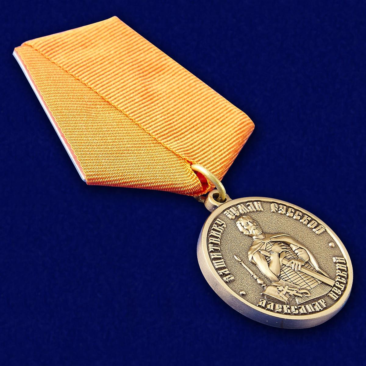 Медаль Александра Невского Защитнику земли русской - вид под углом