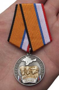 Медаль Боевое братство Крыма - вид на ладони
