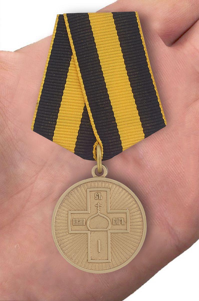 """Медаль """"Дело Веры"""" 3 степень в бархатистом футляре из флока с пластиковой крышкой - вид на ладони"""