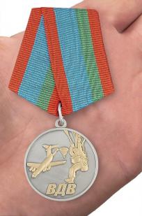 Медаль Десантник ВДВ в футляре - вид на ладони