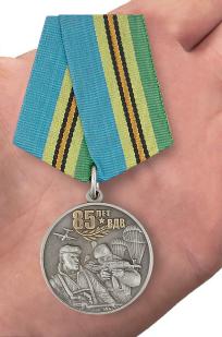 Медаль десантников к 85-летию ВДВ - вид на ладони