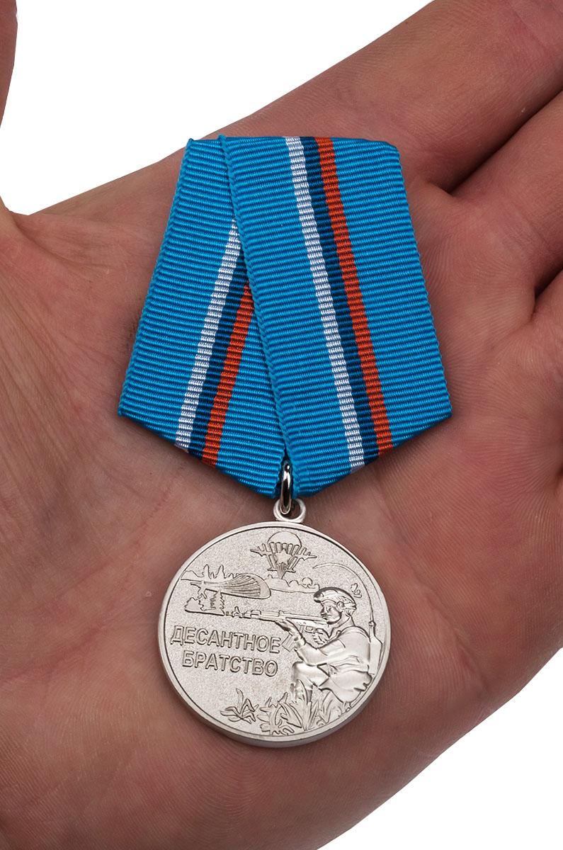 Медаль Десантное братство ВДВ - вид на ладони