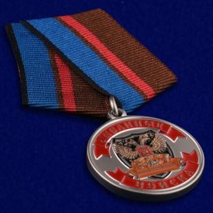 """Медаль """"Ветеран Диванных войск"""" в футляре из флока бордового цвета - общий вид"""