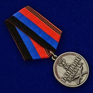 """Медаль ДНР """"За боевые заслуги"""" в красивом футляре из темно-бордового флока - общий вид"""