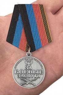 "Медаль ДНР ""За боевые заслуги"" в красивом футляре из темно-бордового флока - вид на ладони"