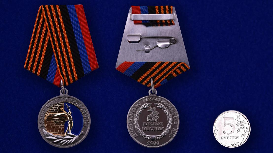 """Медаль ДНР """"Защитнику Саур-Могилы"""" - сравнительный размер"""