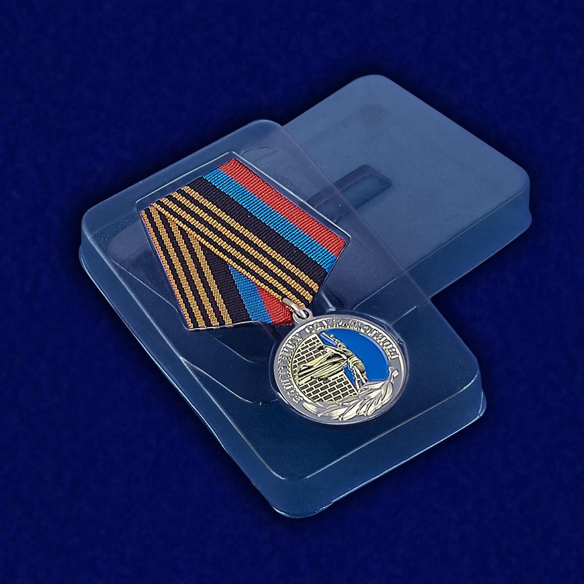 """Медаль ДНР """"Защитнику Саур-Могилы"""" - вид в футляре"""