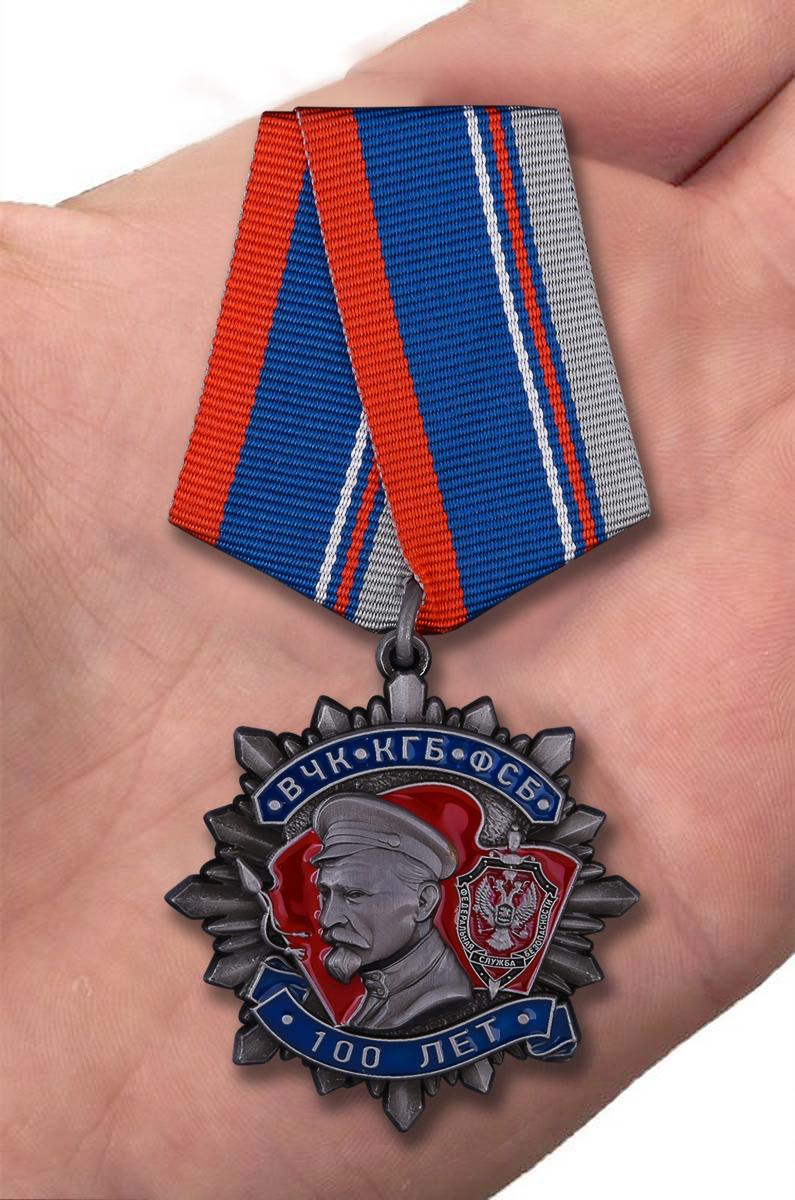 Медаль Ф. Дзержинского «100 лет ВЧК КГБ ФСБ» - вид на ладони