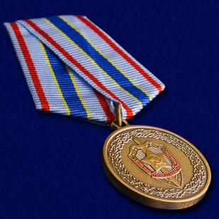 Медаль ФСБ Чекисту-бойцу невидимого фронта в бархатистом футляре - общий вид