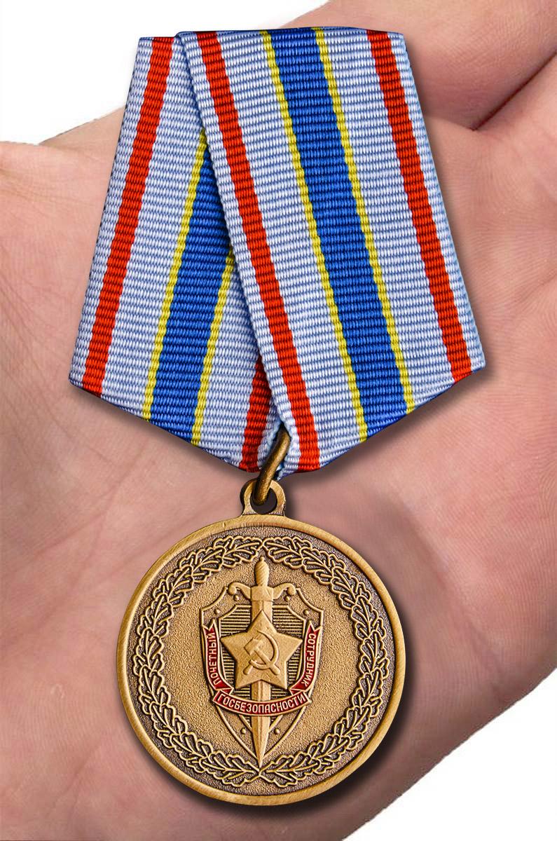 Медаль ФСБ Чекисту-бойцу невидимого фронта в бархатистом футляре - вид на ладони