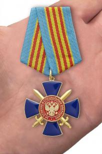 """Медаль ФСБ РФ """"За отличие в специальный операциях"""" - вид на ладони"""
