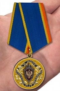 Медаль ФСБ РФ За заслуги в обеспечении деятельности - вид на ладони