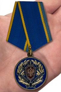 "Медаль ФСБ РФ ""За заслуги в разведке"" в бордовом футляре из флока - вид на ладони"