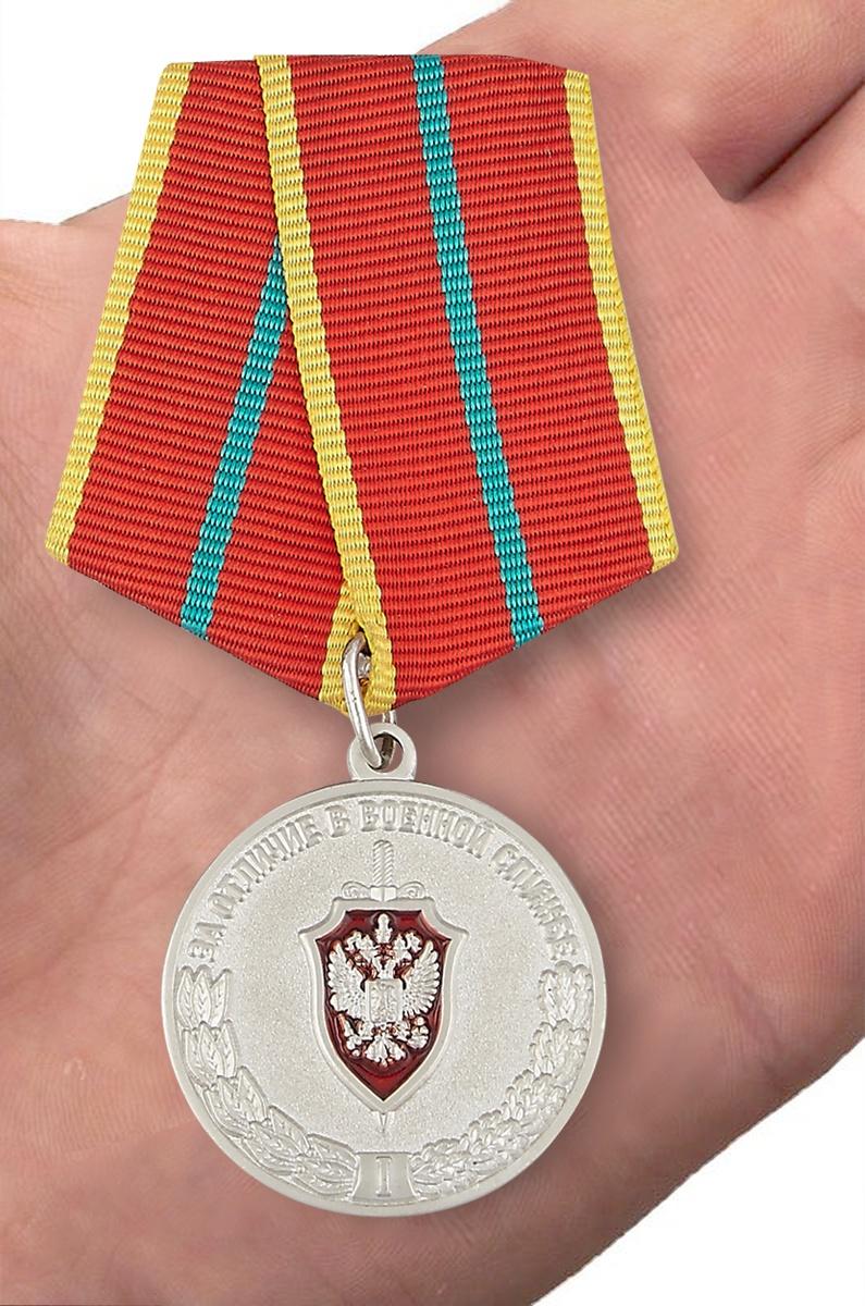 """Медаль ФСБ России """"За отличие в военной службе"""" I степени - вид на ладони"""