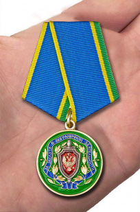 Медаль ФСБ России За заслуги в пограничной деятельности - вид на ладони