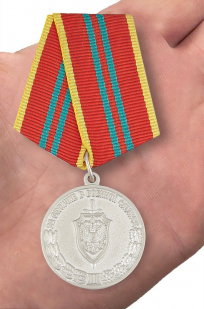 """Медаль ФСБ """"За отличие в военной службе"""" 2 степени - вид на ладони"""