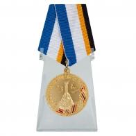 Медаль ФСБ За возвращение Крыма на подставке