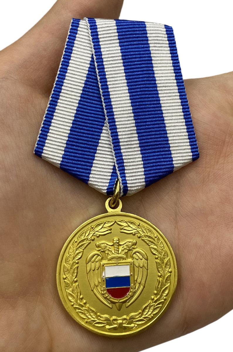 Медаль ФСО РФ За боевое содружество в бархатном футляре - Вид на ладони