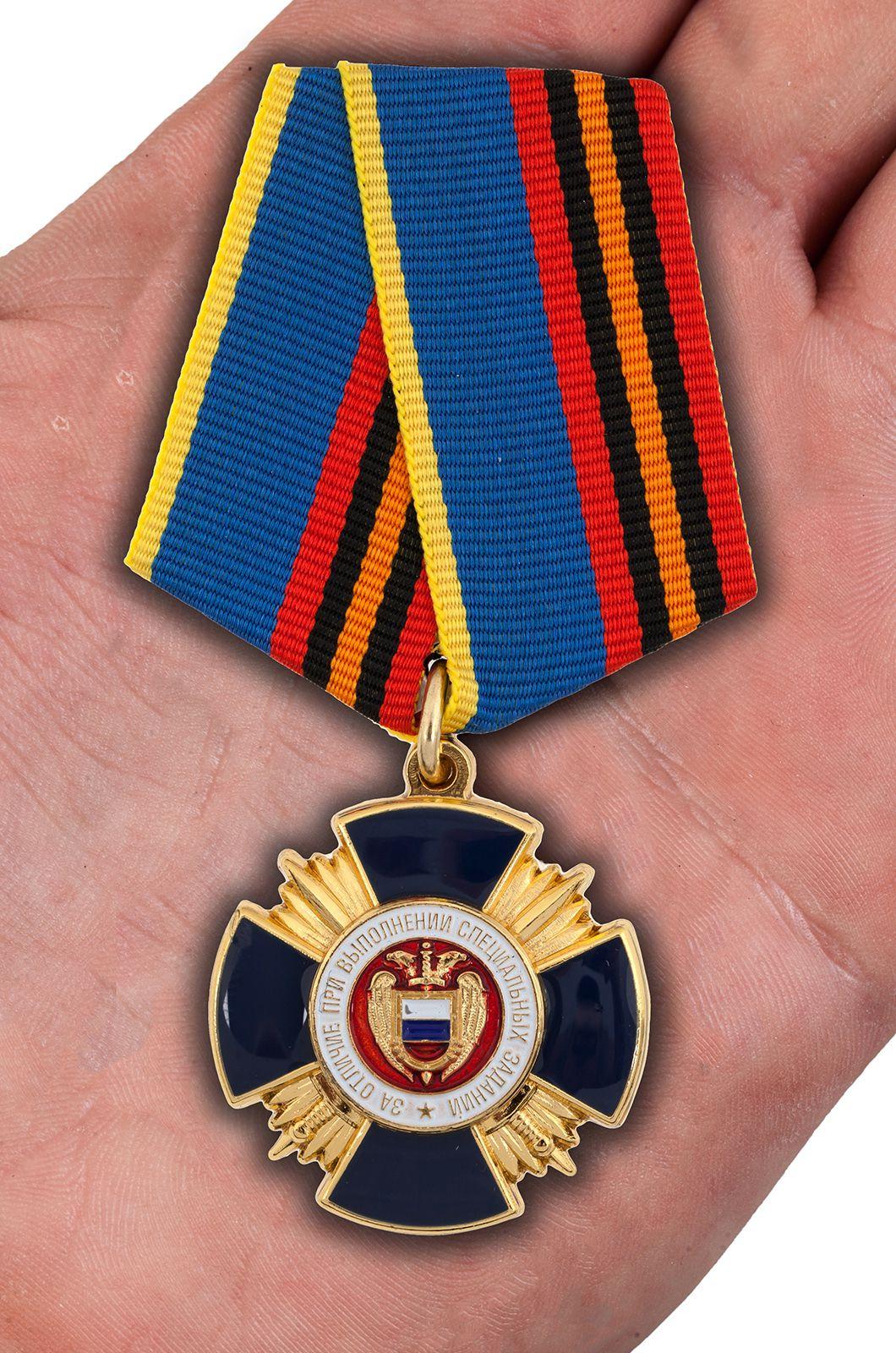 Медаль ФСО России За отличие при выполнении специальных заданий - вид на ладони