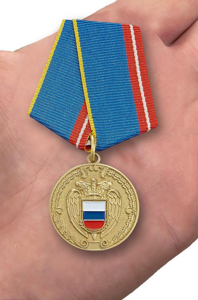 Медаль ФСО РФ За воинскую доблесть в бархатном футляре - Вид на ладони