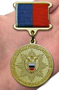 Медаль Ветеран федеральных органов государственной охраны - Вид на ладони