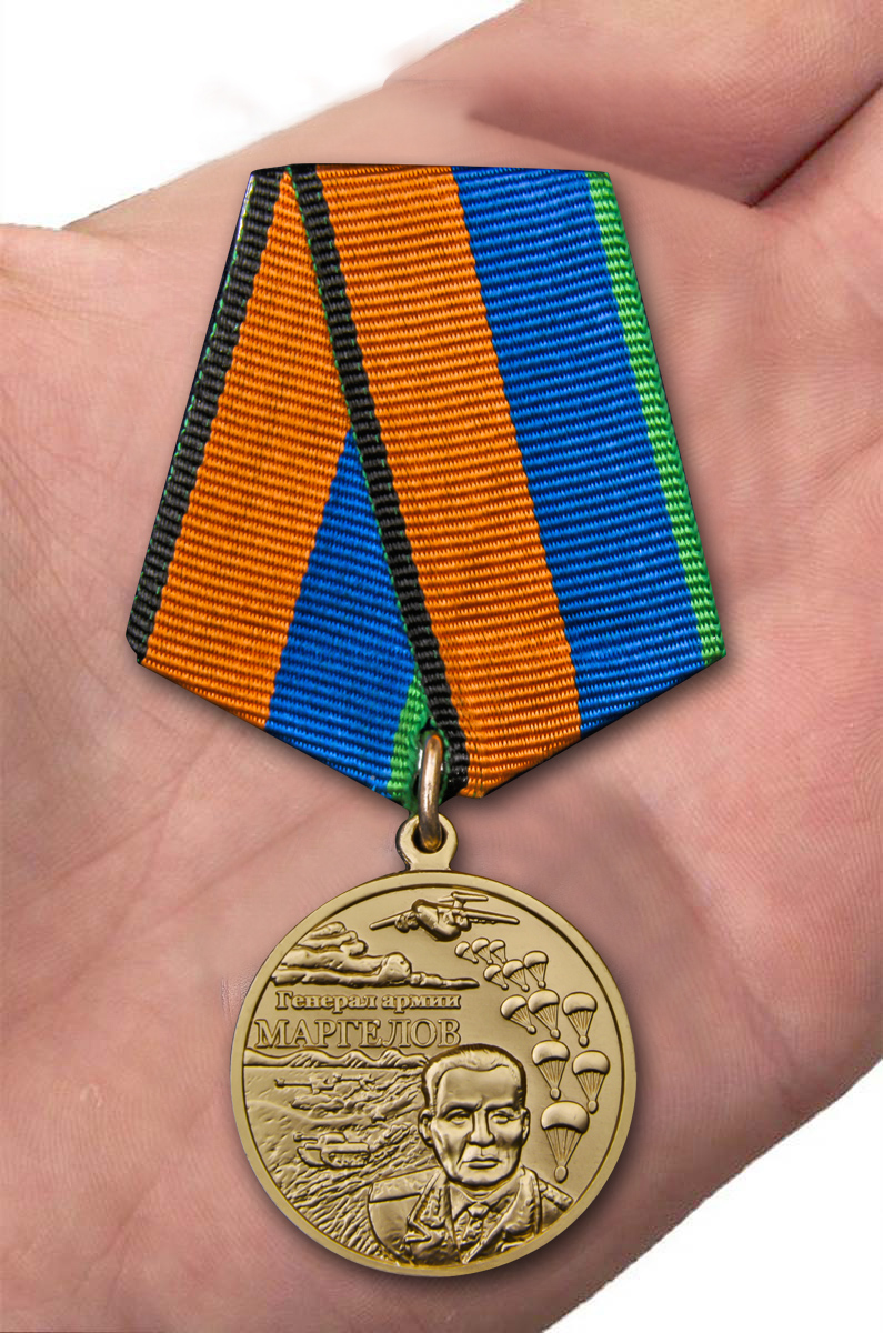 Медаль Генерал армии Маргелов в футляре - вид на ладони