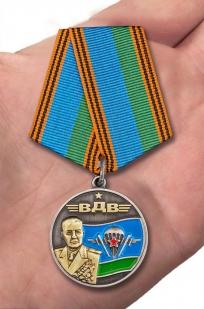 Медаль Генерал армии Маргелов в футляре с удостоверением - вид на ладони