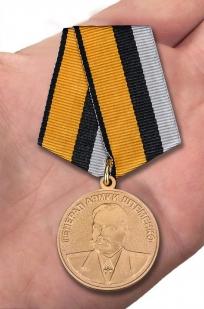 Медаль Генерал армии Штеменко в футляре с удостоверением - вид на ладони