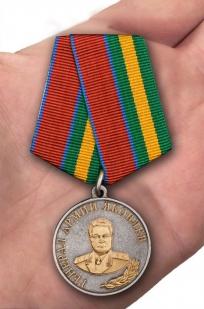 Медаль Генерал Армии Яковлев (Росгвардия) - вид на ладони