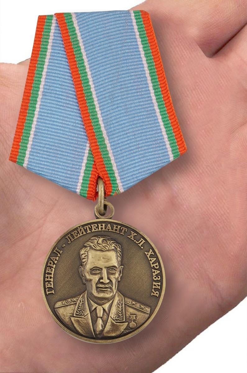 Медаль Генерал Харазия в футляре с удостоверением - вид на ладони