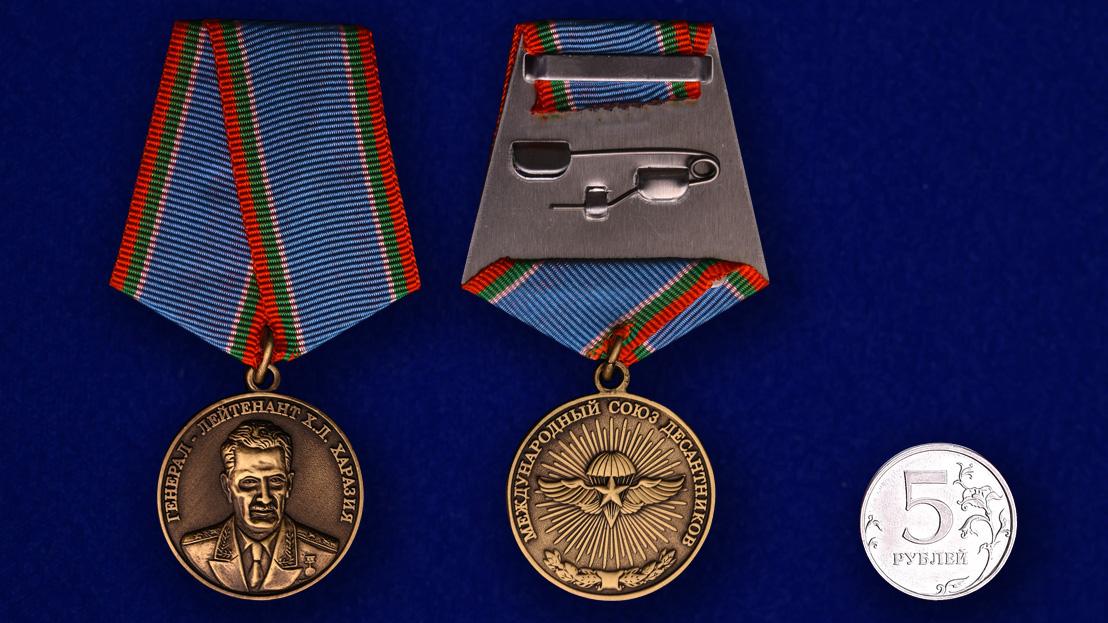 Медаль Генерал-лейтенант Х.Л. Харазия - сравнительный размер