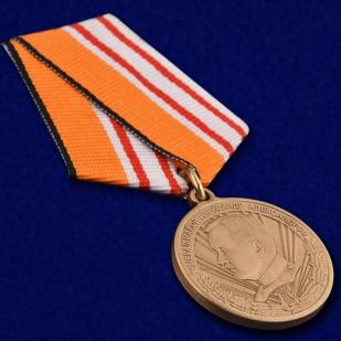 """Медаль """"Генерал-майор А. Александров"""" в бархатистом футляре с пластиковой крышкой – общий вид"""