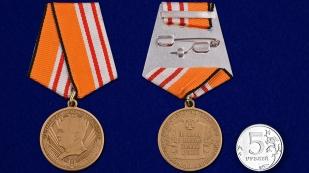 """Медаль """"Генерал-майор А. Александров"""" в бархатистом футляре с пластиковой крышкой – сравнительный вид"""
