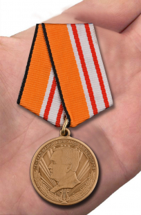 """Медаль """"Генерал-майор А. Александров"""" в бархатистом футляре с пластиковой крышкой – вид на ладони"""